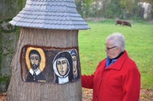 Zuster Delian de Brouwer is gespecialiseerd in het maken van iconen. In een boomstomp bij klooster Nieuwenhof in Moergestel sneed ze iconen uit van onder andere Maria met haar Kind, de heilige Vincentius en een paar zusters van liefde. (Foto: Paul Spapens)