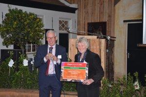 Voorzitter Hennie van Schooten ontvangt de symbolische cheque van 1.000 euro uit handen van burgemeester Peter Maas van Sint-Oedenrode. (Foto: Carel Brands)