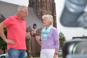 Tijdens het opnemen van een promotiefilmpje over WieKentKunst wordt voorzitter Hennie van Schooten geïnterviewd door Frans Kools. Hij is secretaris van de Stichting Voor & door Moergestel.