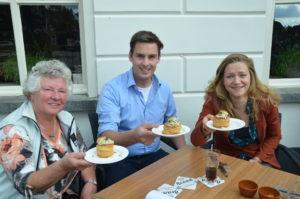 Wedstrijdwinnares Marleen Kuypers (rechts) presenteert het pasteitje met meelwormen-ragout. Naast haar restauranteigenaar en tevens juryvoorzitter Wout Huiijben en jurylid Corry Kastelijn.(Foto: Paul Spapens)