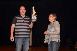 Winnaar Eric van Bladel met de door Ineke van de Loo ontworpen trofee van de Grote Gèèselse Geschiedenis Quiz. (Foto: Paul Spapens)
