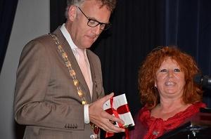 Burgemeester Hans Janssen nam het eerste exemplaar van de dichtbundel van stadsdichteres Karin van den Heuvel in ontvangst.(Foto: Paul Spapens)