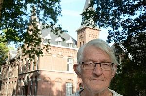 Martin Reuser treedt met zijn monoloog over zijn ervaringen als NSB-kind op in de aula van klooster Nieuwenhof (achtergrond) in Moergestel.(Foto: Paul Spapens)