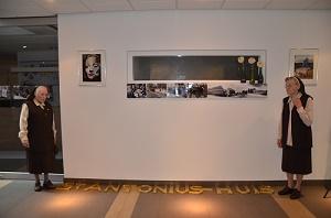 Tijdens WieKentKunst waren drie Zusters van Asten op bezoek in het Medisch Centrum. Twee van hen poseren bij de letters. (Foto: Paul Spapens)
