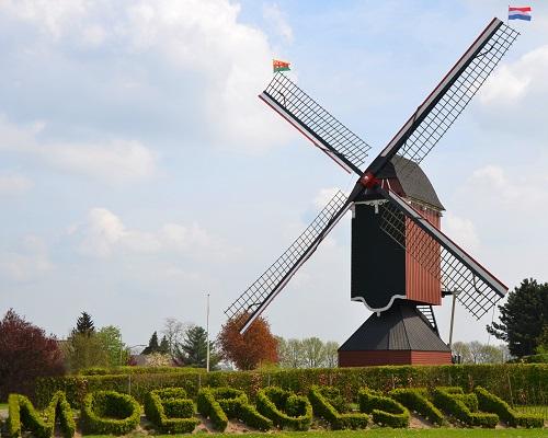 Eind september viert WieKentKunst het 20-jarig bestaan. In die lange periode heeft de stichting veel sporen nagelaten, zoals 'Moergestel in Buxus' bij de molen. Het is een groene groet aan de bezoekers van het dorp.