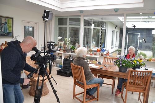 Met Hans van Brunschot achter de camera wordt Hennie van Schooten geïnterviewd door Huub van Elderen.(Foto: Paul Spapens)