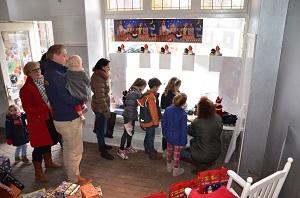 In 2013 was het thema van WieKentKunst Moergestelse Families. Een familiefeest bij uitstek is Sinterklaas. Samen met Novy werd tegen Sinterklaas in een leegstaande winkel aan de Kerkstraat het zetten van een schoen georganiseerd. Tientallen kinderen beleefden daar veel plezier aan.(Foto: Paul Spapens)