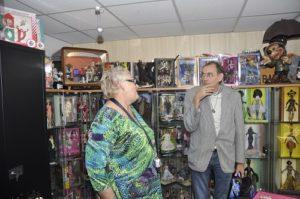Marjan van Dijk toont een bezoeker haar collectie Barbie-poppen. (Foto: Paul Spapens)