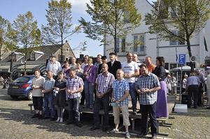 De Moergestelse Sarah's en de Abrahammen van 2011 bijeen op het St.-Jansplein.(Foto: Paul Spapens)