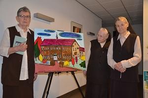 Drie zusters van Asten terug in Moergestel. Ze zijn gefotografeerd bij een schilderij van hun helaas gesloopte klooster Antoniushuis. Het schilderij is naar een ontwerp van Teun op 't Hoog geschilderd door de bewoners van Olivier.(Foto: Paul Spapens)