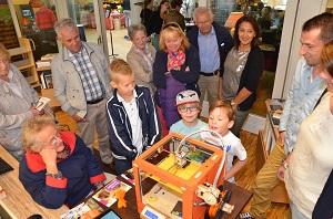 De tijd staat niet stil in Moergestel Schoenendorp. In de bibliotheek bestaat er veel belangstelling voor het printen van schoenen met een 3 D-printer.(Foto: Paul Spapens)