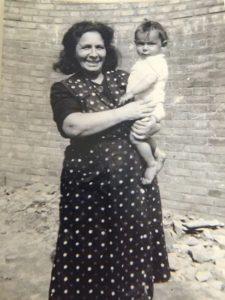Sara Frankhuis en haar in Moergestel geboren zoontje Robert. Het jongetje werd samen met zijn moeder in Sobibor vermoord.