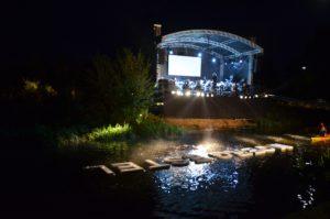 Moergestel vaart op zaterdagavond voorbij aan het podium. Een uniek plaatje.(Foto: Paul Spapens)