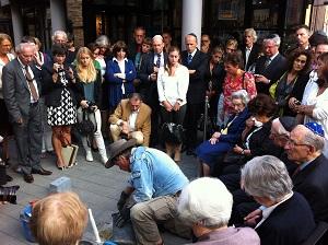 Gunter Demnig legt onder grote belangstelling Struikelstenen in Den Bosch. Op 1 mei komt hij naar Moergestel om acht struikelstenen te leggen. (Foto: Collectie Arnoud-Jan Bijsterveld)